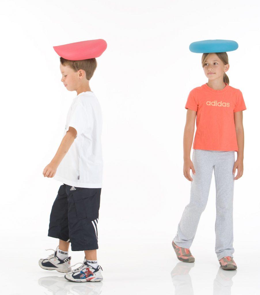 Dynair-Ballkissen_Kids_Jug_Maed_ballancieren